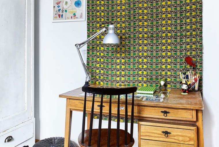 WDUCHU TRADYCJI. Biurko oraz wiszącą na ścianie makatę z1972 roku Marianka również odziedziczyła po babci. Mama dopasowała do nich lampkę ikrzesło.