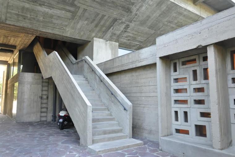 Jednostka Marsylska, proj. Le Corbusier - jedne z trzech schodów pożarowych. W tym miejscu nad foyer znajduje się także pomieszczenie techniczne