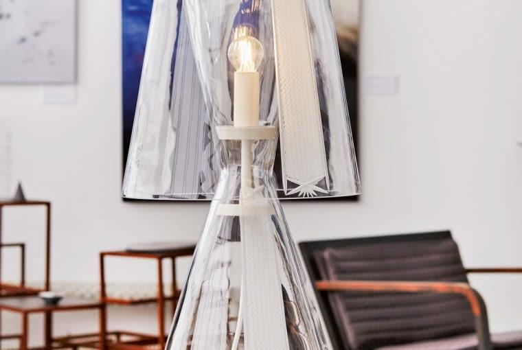 Lampa Swan Filipa Houdka, jest wykonana z ręcznie dmuchanego szkła.