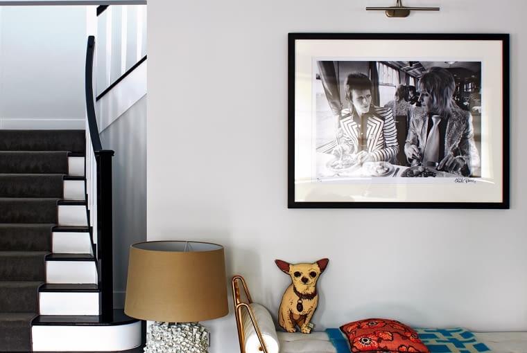 Nad leżanką czarno-białe zdjęcie z Little Black Gallery, z którego właścicielką, Tamarą Beckwith, Donna jest zaprzyjaźniona.