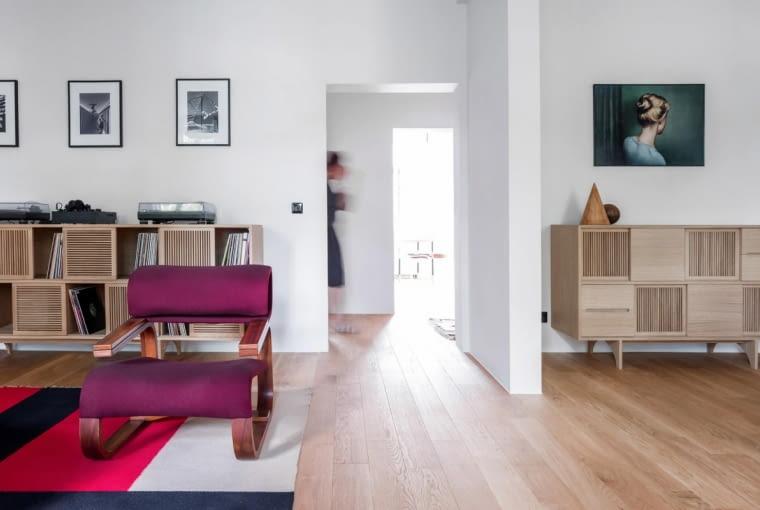Mieszkanie wyróżniają jasne podziały i otwarte przestrzenie.