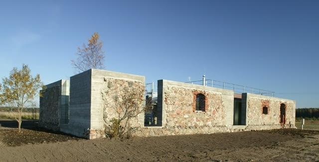 Dom w ruinach starej obory na Łotwie. Projekt: NRJA (Uldis Luksevics, Martins Osans)
