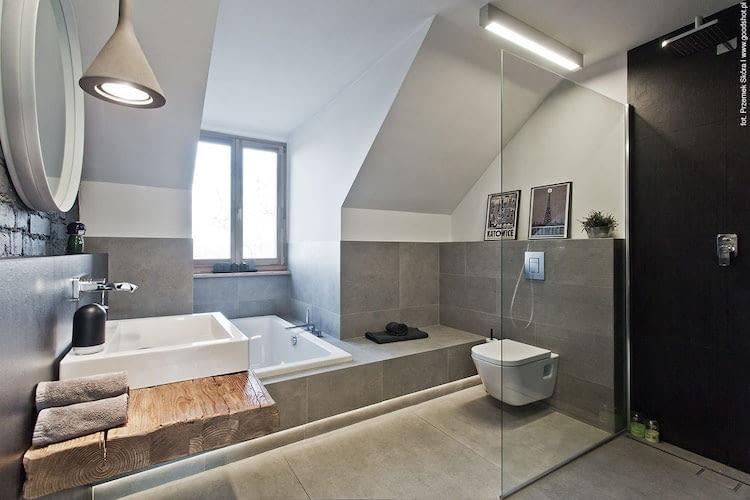 łazienka na poddaszu, wanna, wyposażenie łazienki