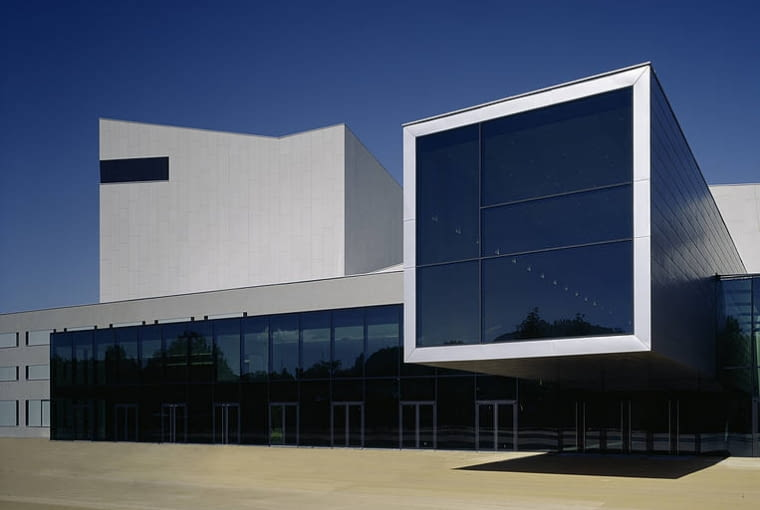 Jedna z najpiękniejszych sekwencji w 'Quantum of Solace' rozgrywa się w minimalistycznym budynku opery (Festspielhaus) w Bregencji w Austrii. Obiekt z lat 80. przebudowano w 2006 roku według projektu pracowni Dietrich Untertrifaller