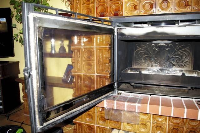 KROK 1. Przed rozpoczęciem mycia szyby kominkowej, obudowę kominka oraz podłogę pod szybą warto zabezpieczyć przed ściekającym preparatem folią lub gazetami