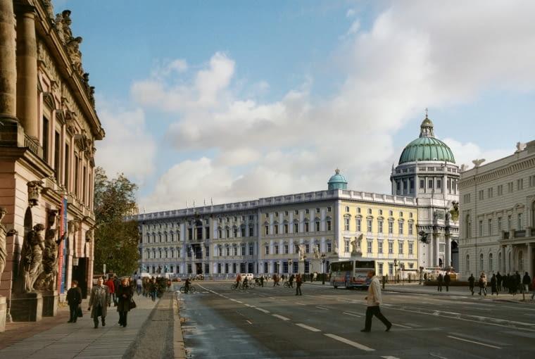 Po latach zaciętej debaty, rozpoczęły się prace przy gigantycznej rekonstrukcji zamku królewskiego w Berlinie. Budynek ten został rozebrany przez komunistyczne władze po II wojnie światowej.