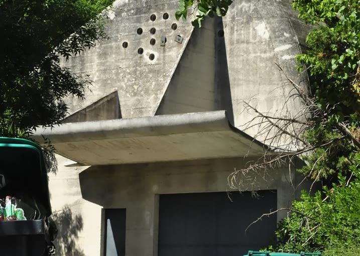 Jednostka Marsylska, proj. le Corbusier - punkt zbiórki odpadów (czyli po prostu śmietnik) zlokalizowany nieopodal jednostki