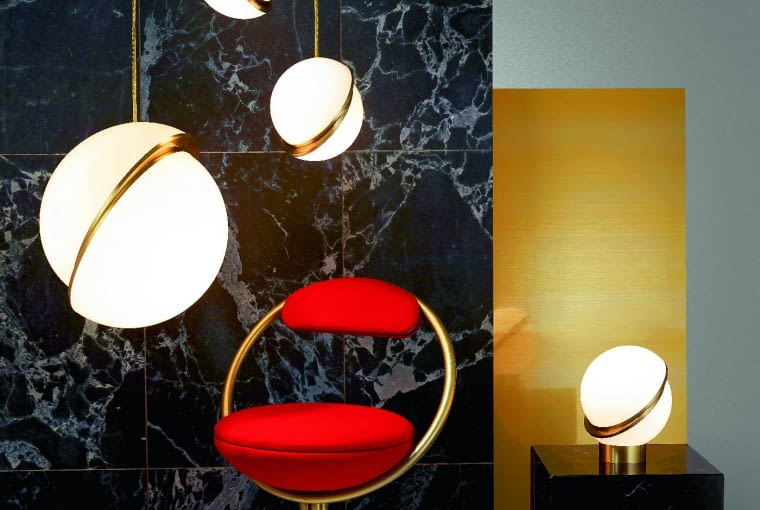 Crescent light: Lampy z kolekcji Crescent to akrylowe kule zasymetrycznymi pęknięciami wykończone szczotkowanym mosiądzem. Można nimi urządzić całe wnętrze, bo dostępne są wwersji wiszącej, ściennej oraz stołowej. Od 5010 zł (wisząca), od 6025 zł (stojąca), Lee Broom,leebroom.com