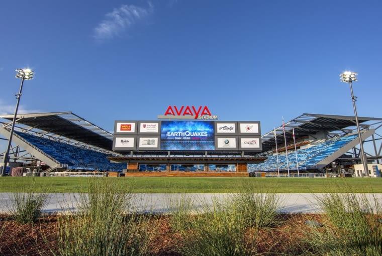 Avaya Stadium, San José - USA (V nagroda w głosowaniu jury) - Pod telebimem zlokalizowano największy w Stanach Zjednoczonych barn na świeżym powietrzu, w którym kibice mogą ucztować podczas oglądania meczu. Zaprojektowany przez HOK Architects stadion oferuje dokładnie 18 000 miejsc.