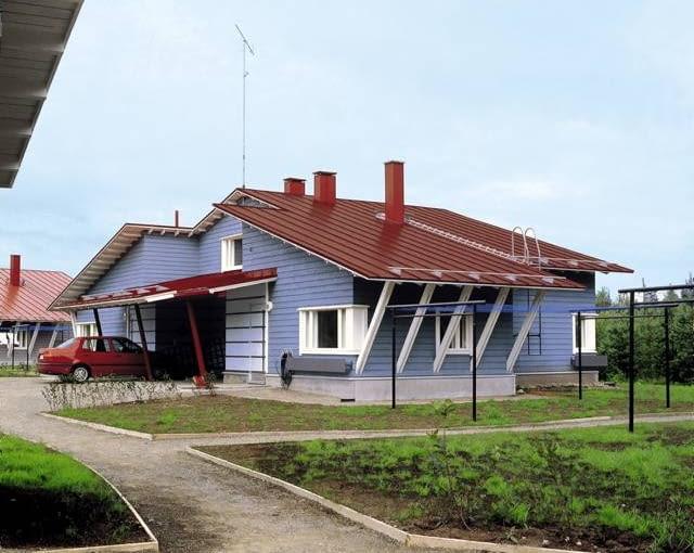 Odnowiony farbami dach pokryty blachą płaskią