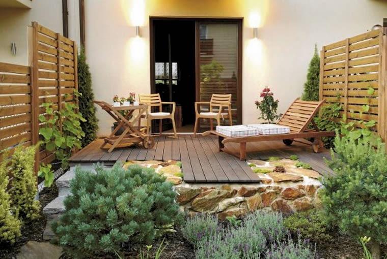 Projekty ogrodów. Mały ogród jak nastrojowy obraz. Jeśli ogród jest głównie miejscem wytchnienia po pracy, warto pomyśleć o odpowiednim oświetleniu, aby miło było tam posiedzieć także wieczorami