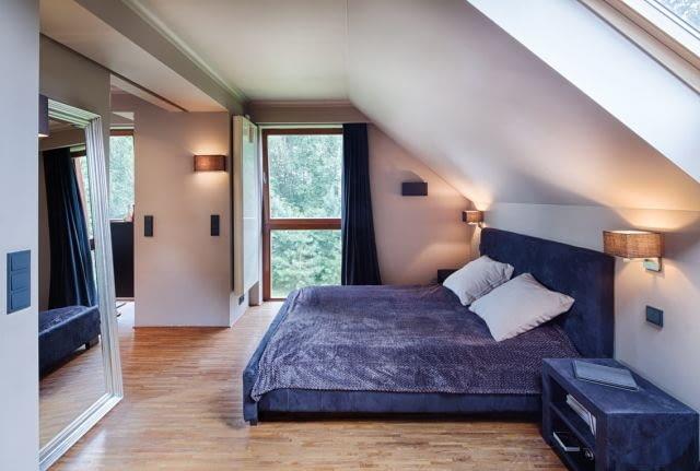 Główna sypialnia ma bezpośrednie połączenie z?łazienką. Elementami spajającym wizualnie obie przestrzenie funkcjonalne, jest wykończenie podłogi - takie samo w obu wnętrzach