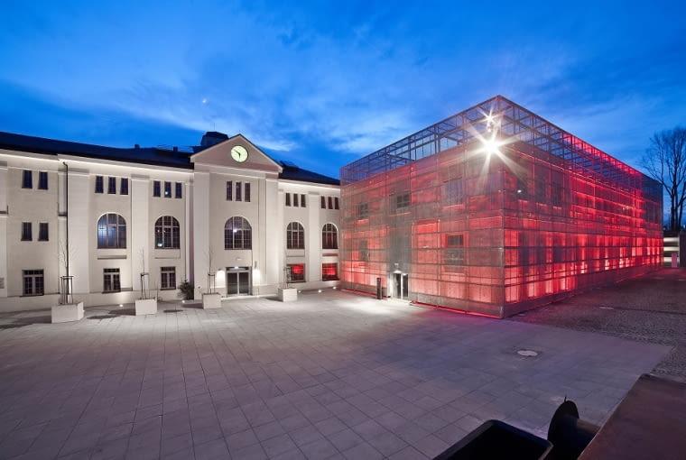 Stara Kopalnia - Centrum Nauki i Sztuki w Wałbrzychu 'Potężne rewitalizacyjne wyzwanie. Kompleksowy projekt, który sprawił, że na dobre przesiąknęliśmy ideą tworzenia całościowych koncepcji rewitalizacji. W przypadku Starej Kopalni założyliśmy szereg działań w sferze architektury, kultury i życia społecznego, zmierzających do wyprowadzenia obszaru zdegradowanego z kryzysu. Opracowaliśmy projekty dla kilkunastu obiektów dawnej kopalni węgla kamiennego 'Julia', zaplanowaliśmy dla nich funkcje i działania, które pomogły w zaktywizowaniu skupionych wokół 'Julii' ludzi, mieszkańców Wałbrzycha'.