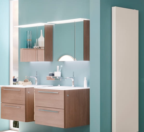 Do błękitnych ścian łazienki dobrano neutralne dodatki i elementy wyposażenia.