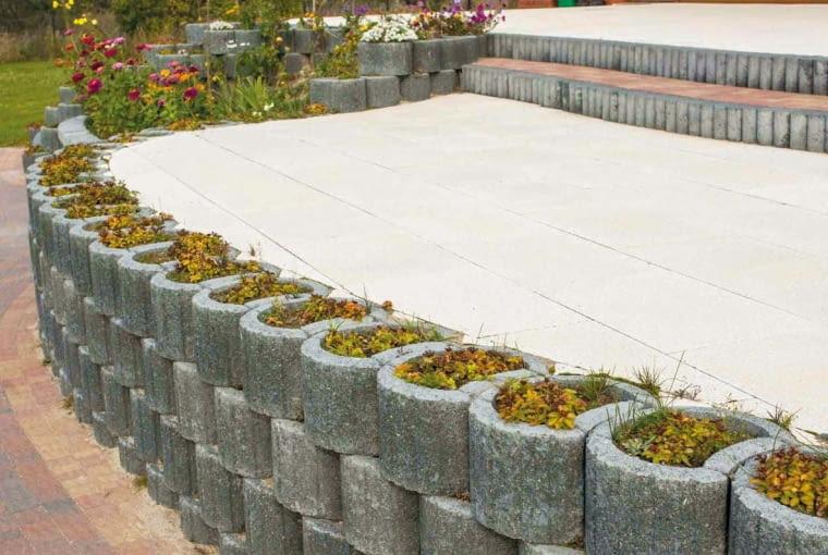 Murki oporowe (np. z gazonów) bywają też zabezpieczeniem ścian tarasów ziemnych, wzniesionych ponad poziom gruntu