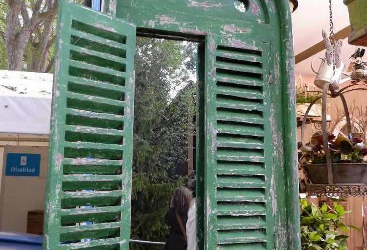 STARA OKIENNICA Z LUSTREM (zamiast okna) - wymarzony detal do ogrodu w stylu vintage.