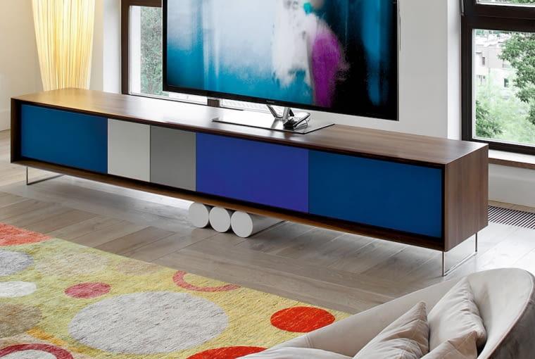 Szafkę RTV zaprojektowaną przez Jana Szadkowskiego wykonała pracownia Dawidczyk. Lampa podłogowa z izraelskiej firmy Aqua Creations, dywan z pracowni Alberto Pinto.