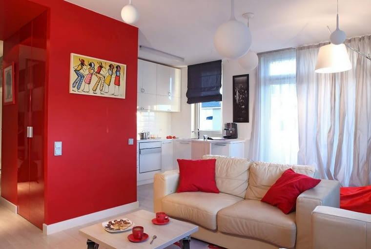 Kontrastowe zestawienie: białe meble z czerwonymi ścianami