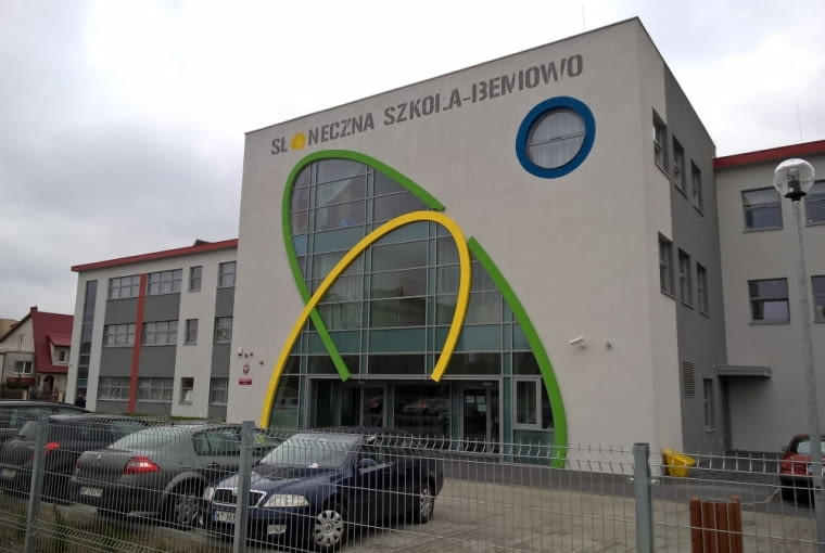 Słoneczna szkoła na Bemowie w Warszawie