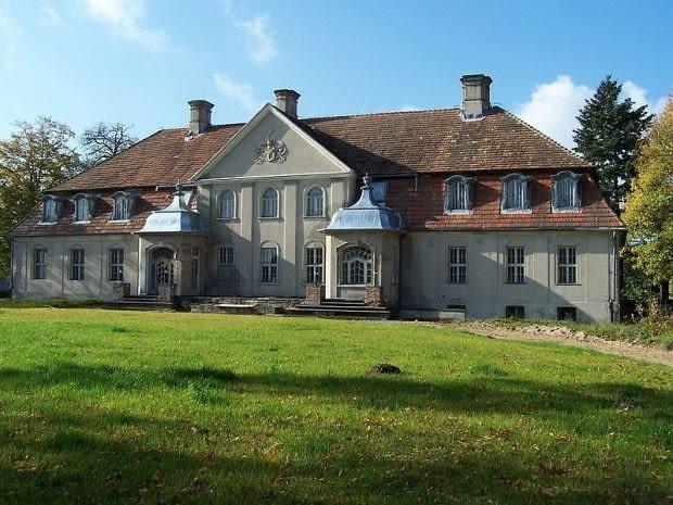 Barokowy pałac z XVIII wieku, z ponad 30-hektarową działką.