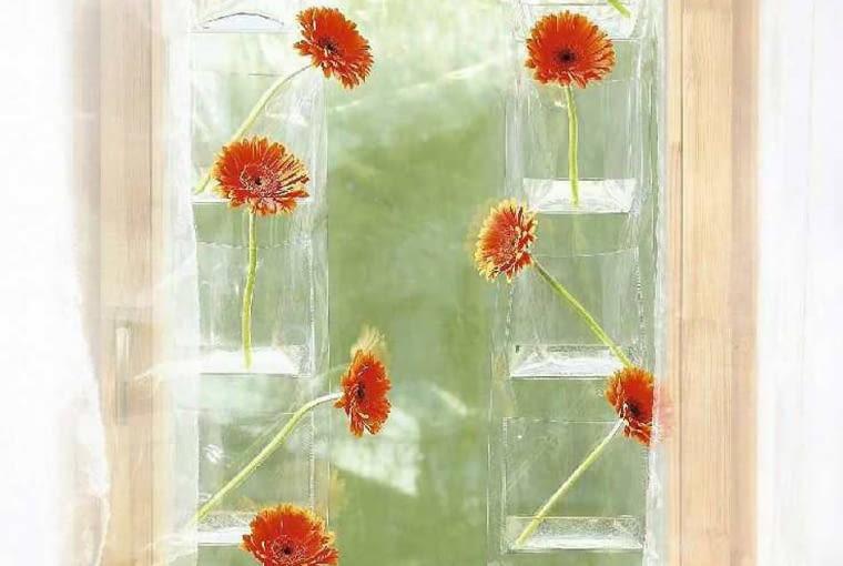 Nowoczesna dekoracja okna - gerbery w foliowych kieszonkach