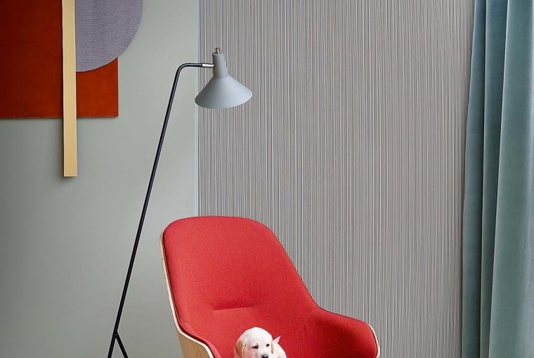 Nowym kolorem, który zdobywa świat wnętrz, jest ciepła czerwień. W tym odcieniu firma Zanotta zaprezentowała fotel Judy projektu Franka Rettenbachera, www.zanotta.it