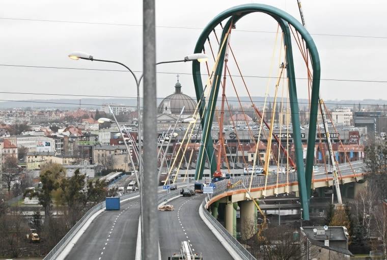 29.11.2013 Bydgoszcz . Trasa Uniwersytecka bez chodnika . Fot. Tymon Markowski / Agencja Gazeta