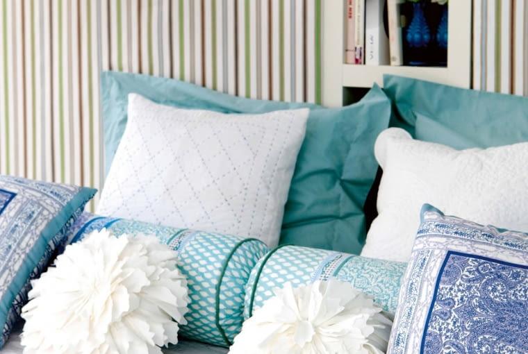 Ograniczona paleta barw, za to różne wzory, faktury i kształty - sprawdzony sposób na ciekawą aranżację (nie tylko łóżka).