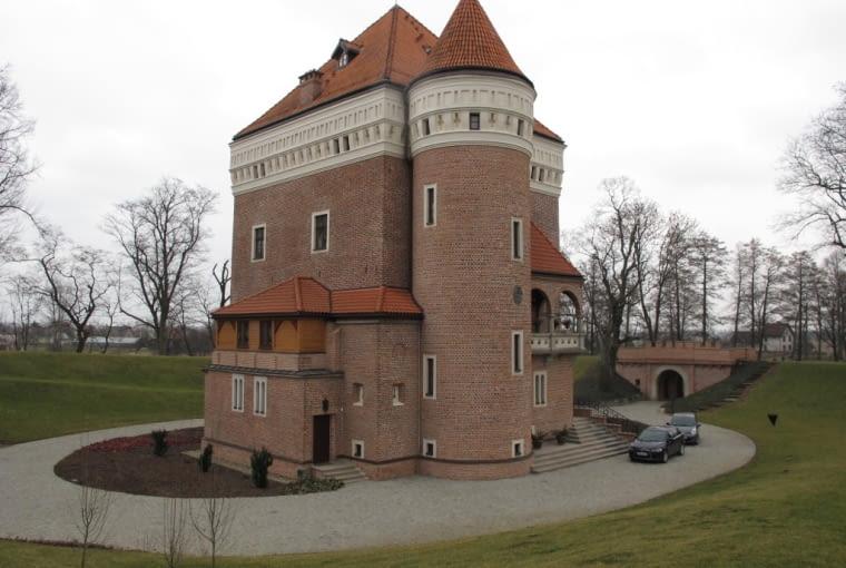 Wieża mieszkalno-obronna z umocnieniami bastionowymi w Rzemieniu