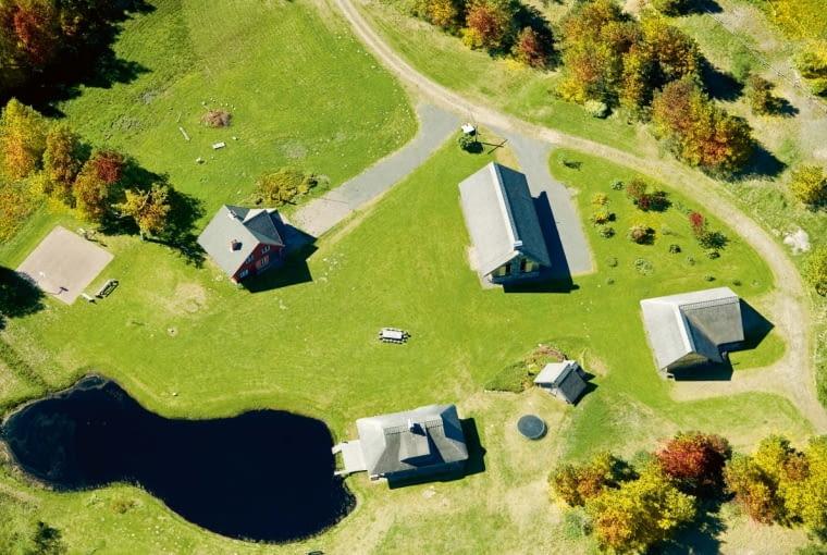 Dom na wsi ma często wokół siebie dużo pustej przestrzeni. Stoi nieosłonięty, przez co jest szczególnie podatny na wszelkie niekorzystne zmiany pogody