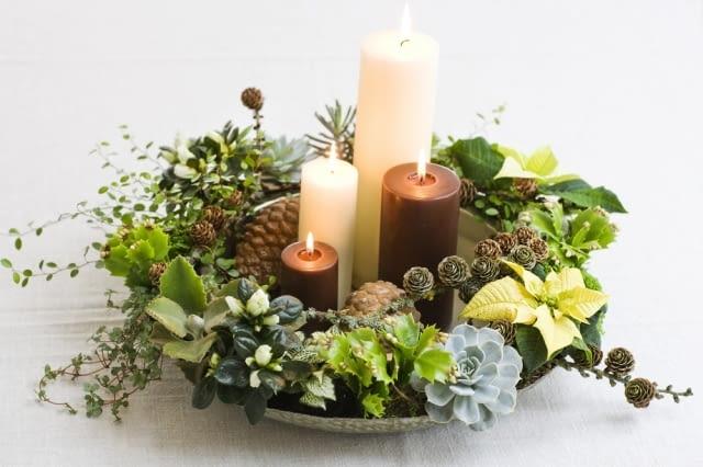 Boże Narodzenie. Oprawa wigilijnego stołu. Kwiatowy stroik bożonarodzeniowy
