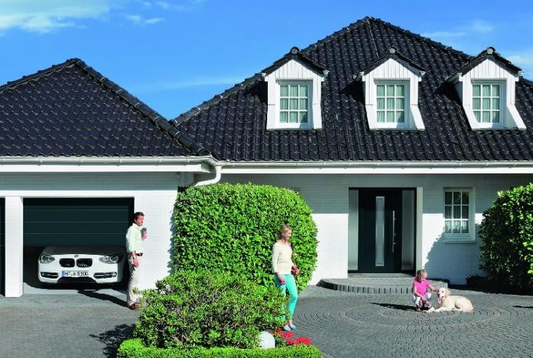 Jedną dużą bramę można zamienić na dwie mniejsze; dzięki temu podczas korzystania z garażu zimą ucieknie mniej ciepła