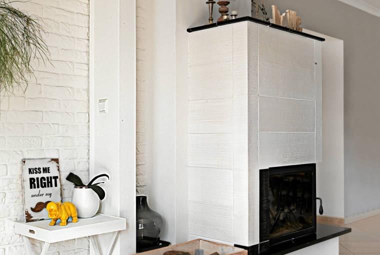 Skrzynka na kółkach (z drewna sosnowego, szczotkowanego i woskowanego) to oczywiście dzieło Anny. Pojemnik tworzy fajny duet z oryginalnym kominkiem, który po obudowaniu ręcznie wypalanymi kaflami wygląda jak piec.