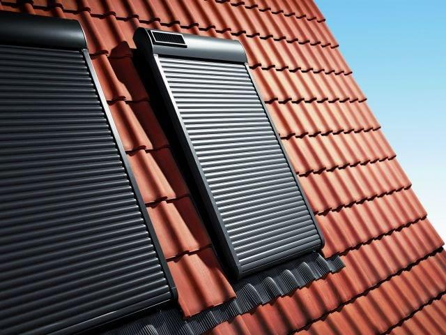 Rolety z napędem elektrycznym mogą być też zasilane z akumulatorów ładowanych baterią słoneczną