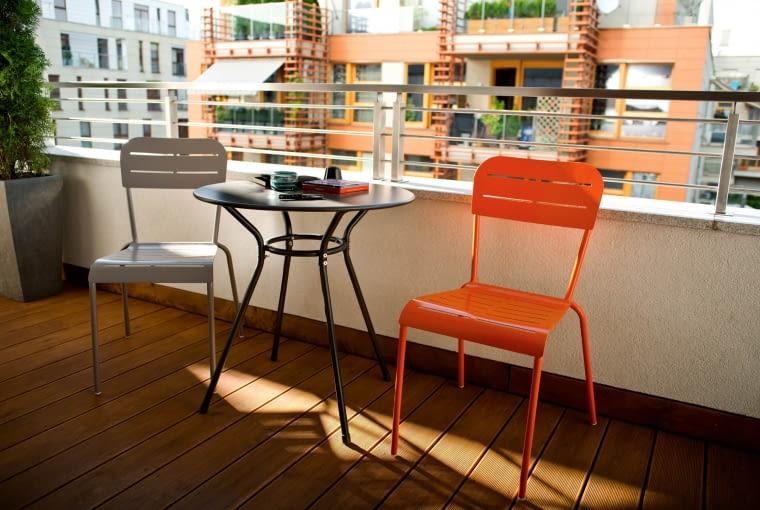 Zestaw Kilby: - krzesło: metalowe, dostępne w 2 kolorach (szarym i pomarańczowym). Stolik: metalowy o wysokości 71cm. Castorama, krzesło 196 zł, stolik 172 zł.