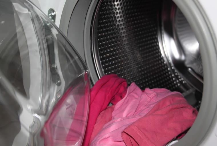 4. Po każdym praniu wytrzyj gumowe części wewnątrz pralki. Wyjmij szufladę na detergenty, wyczyść ja i osusz. Postępuj tak regularnie, aby zapobiec tworzeniu się pleśni.