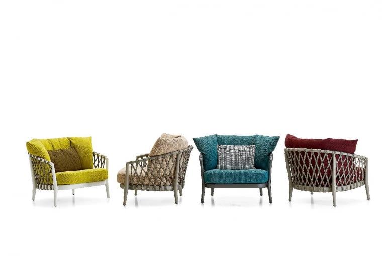 Barwne duety. Erica i Gertruda. Piękne, choć tak różne. Fotele z najnowszej kolekcji Ray Outdoor firmy B&B Italia zaprojektowane przez Antonio Citterio urzekają bajecznymi kolorami. Chociaż różnią się wyglądem, tworzą atrakcyjną parę. W komplecie dokażdego fotela sofa oraz krzesła. bebitalia.com