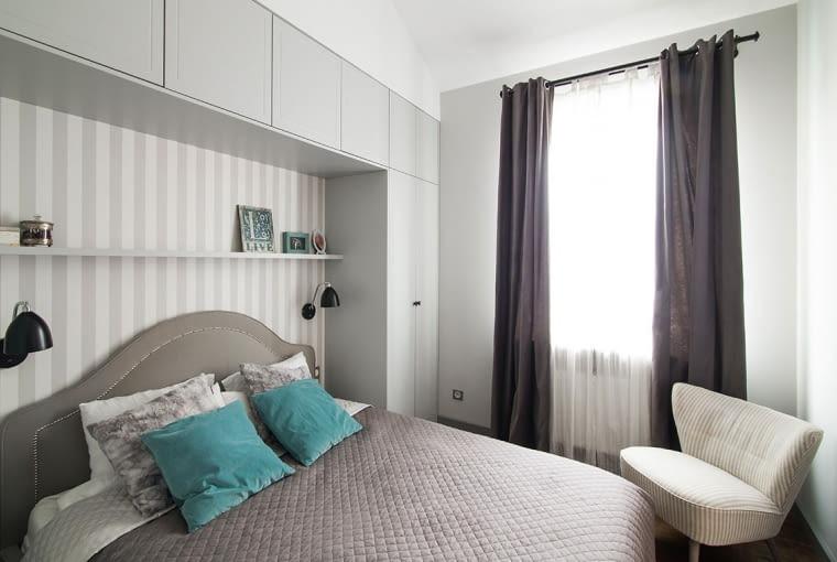 Wokół łóżka zainstalowano pojemną strefę przechowywania.