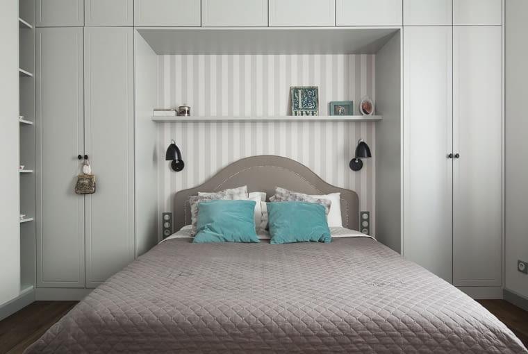 Sypialnia w stonowanych kolorach.