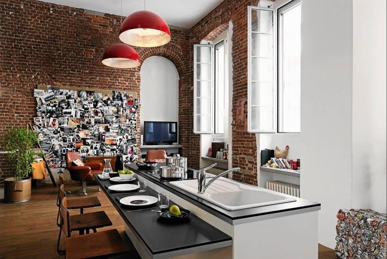 <B>To oczywiście tylko hasło. Wcale nie musimy mieszkać w metropolii, żeby mieć kuchnię zaaranżowaną w miejskim stylu. Wystarczy użyć odpowiednich dekoracji oraz urządzeń, naczyń i dodatków podkreślających charakter wnętrza. Przyda się to zresztą również wtedy, gdy panorama wielkiego miasta jest jedynie widoczna zza okna. </B><BR /> Style: W kuchni w starej kamienicy pozostawiono na ścianie odkryte cegły. Zamiast typowej zabudowy jest tylko duża wyspa z nowoczesnym zlewozmywakiem i płytą kuchenną. Styl wnętrza podkreślają stalowe naczynia, dodatki i oświetlenie.