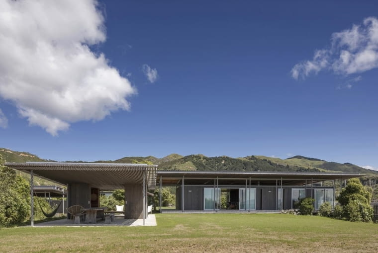 Willa 'Bach with Two Roofs' Nowej Zelandii, projekt: Irving Smith Architects