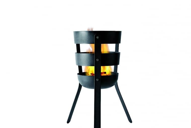 Palenisko - kosz na stojaku, z żaroodpornej, malowanej proszkowo stali, 30×56 cm. Ok. 700 zł, skandy-nawskie.pl