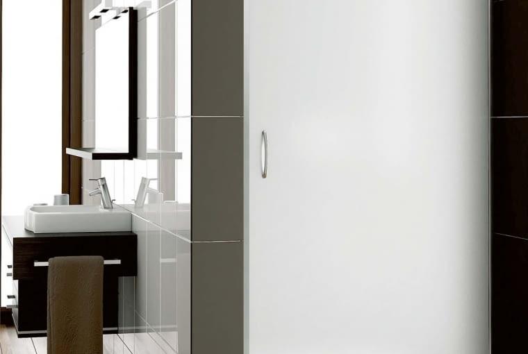 Nigra/AQUAFORM | Drzwi uchylne | wymiary: 80 × 195 oraz 90 × 195 cm; szkło bezpieczne satinato. Cena: od 709 zł, www.aquaform.com.pl