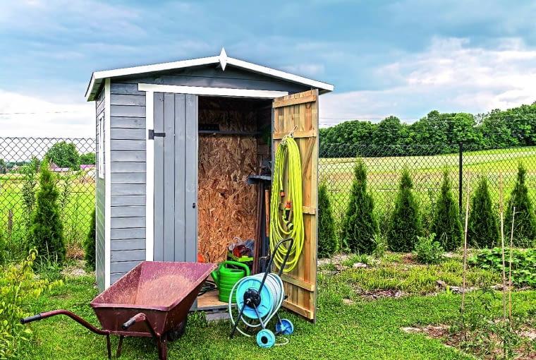 Gdy już nie starcza miejsca w domu sprzęt ogrodniczy można wyrzucić do gustownej szopy w ogrodzie...