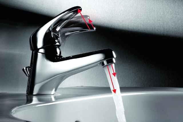 Dwustopniowa dźwignia mieszacza to jedna z opcji umożliwiająca oszczędne zużycie wody w umywalce