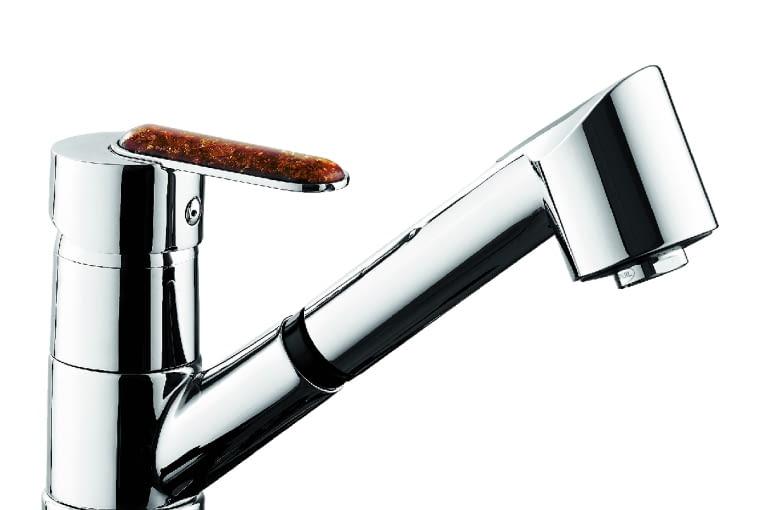 Amber/GRUPA ARMATURA   Model wyposażony w wyciągany natrysk oraz oszczędzający wodę napowietrzacz   korpus z uchwytem ozdobionym kamieniem. Cena: 704 zł, www.grupa-armatura.com