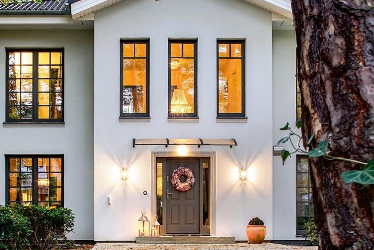 Dom zgrabnie otoczono 'mikroarchitekturą', czyli: kamienistym ciągiem komunikacyjnym z granitowej kostki, prowadzącym od bramy wjazdowej pod drzwi wejściowe i garaż oraz wokół ścian domu