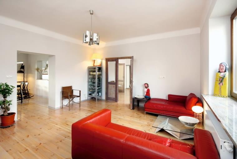 W pomieszczeniach mieszkalnych usunięto większość drzwi, a otwory drzwiowe powiększono. Wyjątek stanowi połączenie części dziennej z sypialnią
