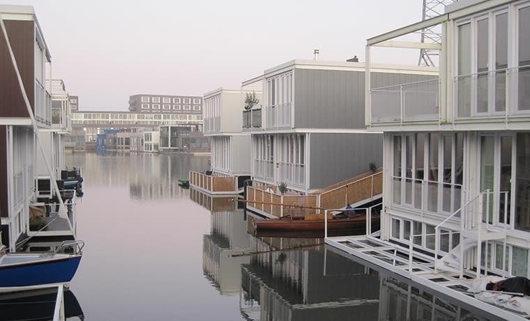 Pływające domy w Amsterdamie. W tym mieście ważniejsze od samochodu są rower i łódka. fot. citypolska.com