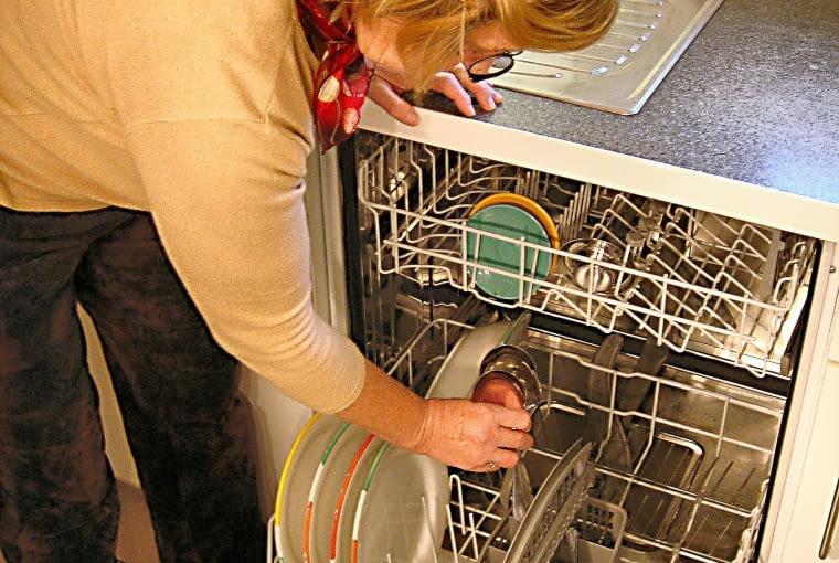 16. Przed włożeniem naczyń do zmywarki, nie zapomnij usunąć resztek pożywienia oraz tłuszczu. Najlepiej spłukać je w zlewie pod bieżąca wodą.